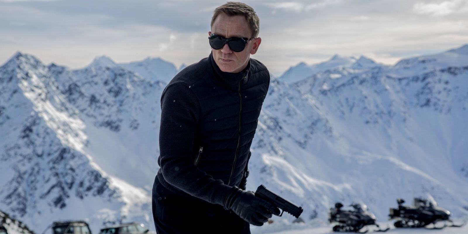 first look at james bond 39 s 39 spectre 39 teases daniel craig and a snowy car chase. Black Bedroom Furniture Sets. Home Design Ideas