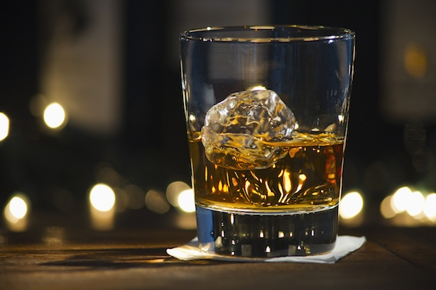 54d3cd2b0a06a_-_esq-121113-whiskey-ice-cube.jpg (614×409)